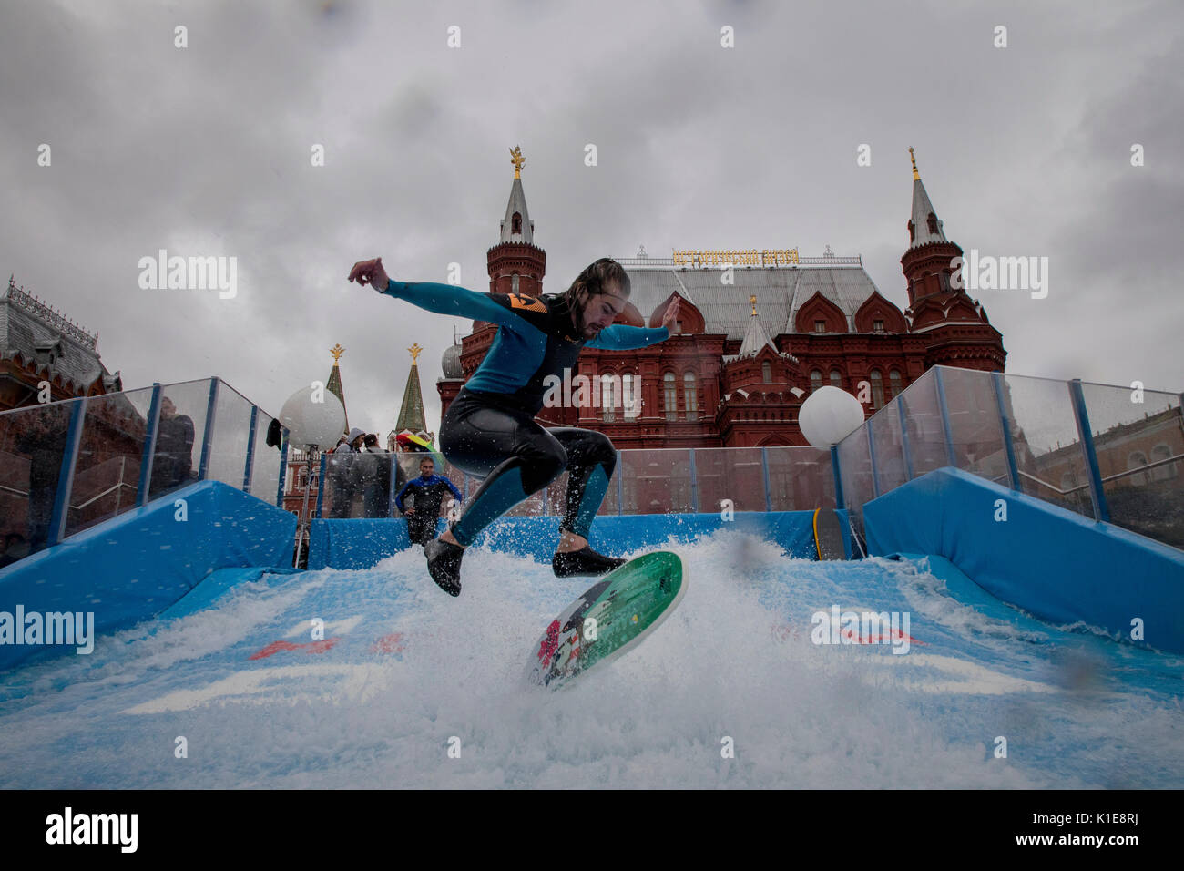 Moscovo, Rússia. 25 de Agosto, 2017. Um homem saltar sobre fluxcentro na frente do quadrado vermelho no centro Imagens de Stock