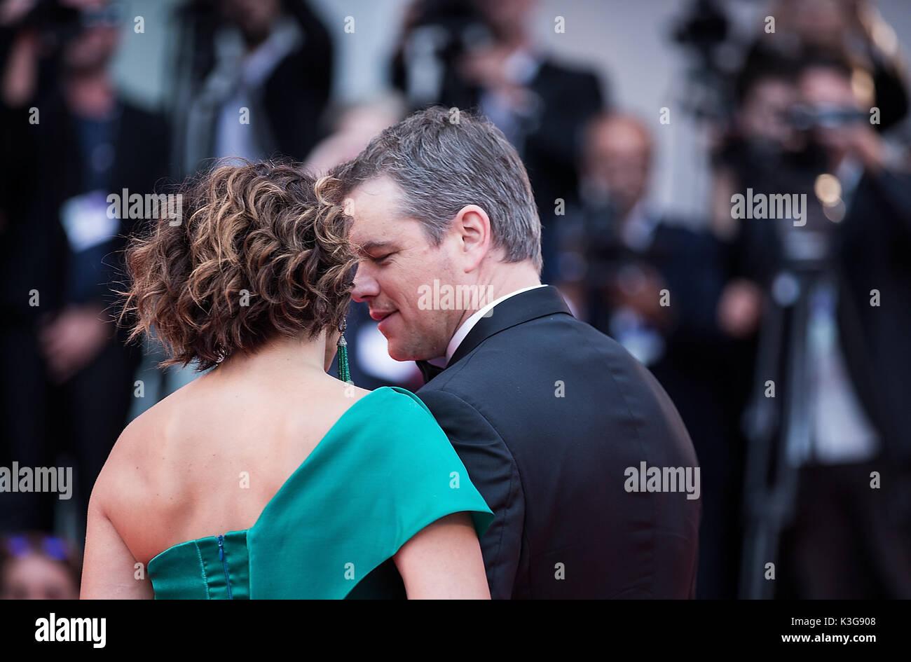 Veneza, Itália. Segundo a SEP, 2017. Ator Matt Damon (R) e sua esposa Luciana Barroso assistir a estreia do Imagens de Stock
