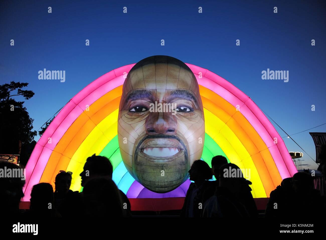 Almofada insuflável Kanye West no bestival festival de música. almofada insuflável Kanye West crédito: Imagens de Stock