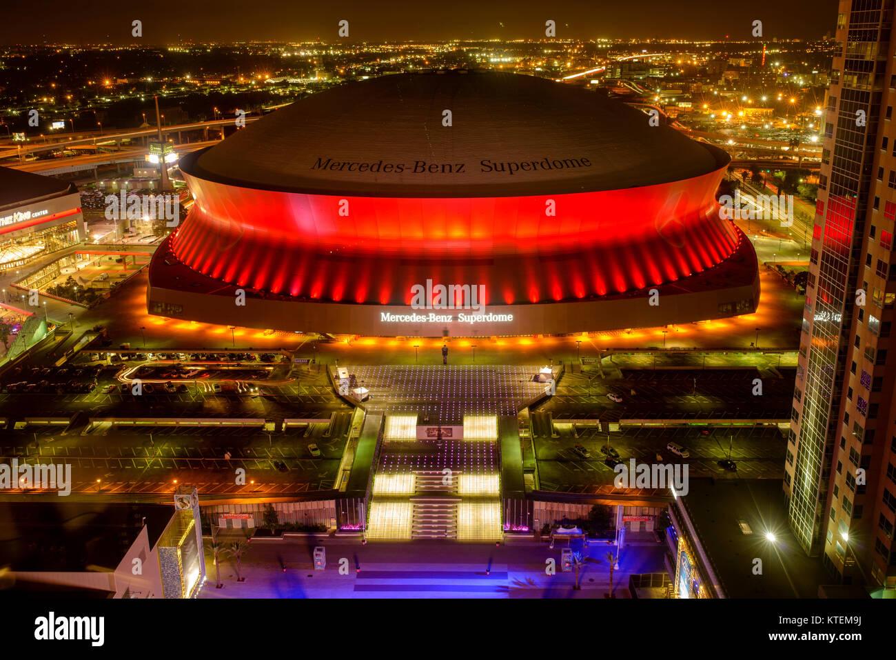 Superdome Em Vermelho   à Noite, Mercedes Benz Superdome, O Estádio Da  Equipa De Futebol Americano New Orleans Saints, é Iluminado Por Luzes  Brilhantes E ...