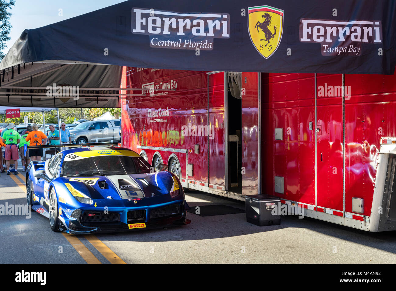 Ferrari Club Race Car E Visor Do Telemóvel Em U0027Carrosu0027 Autoshow Na 5th,  Naples, Florida, Estados Unidos Da América