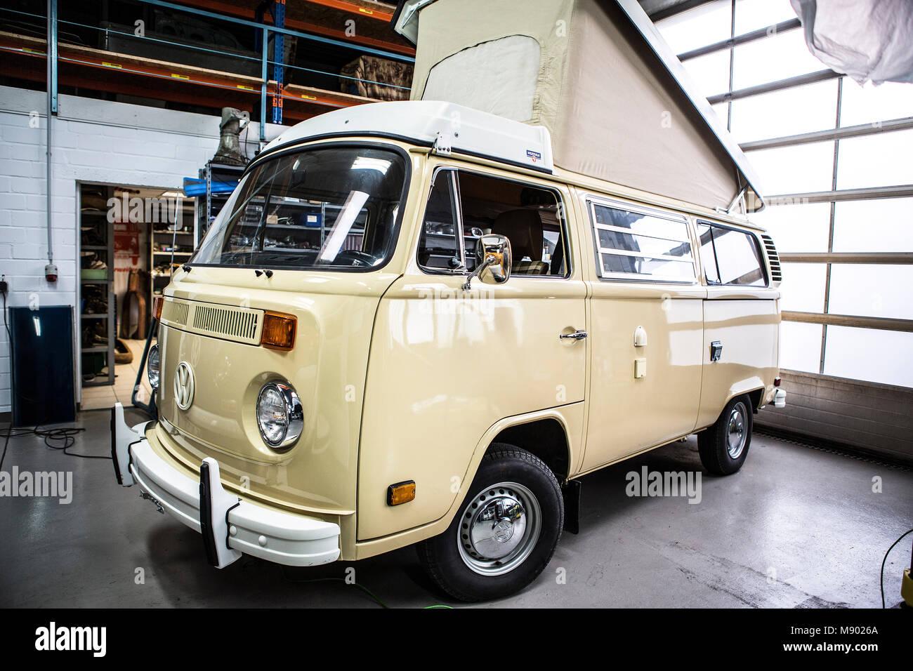 VW Ônibus T2 Westfalia Berlim Bulli Mit Originalen 993 Meilen Auf Dem  Tacho. Bulli Stand 37 Jahre In Der Garagem.