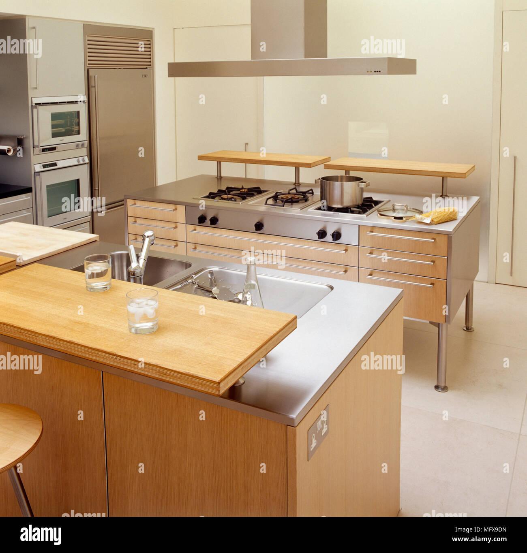 Fog O E Pia Situado Na Ilha Central De Unidades Em Cozinha Moderna
