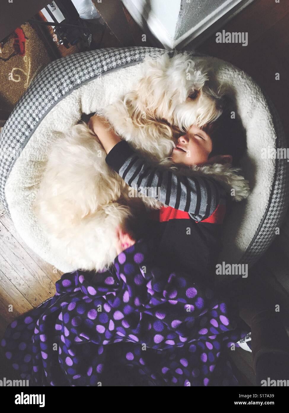 Rapaz e melhor amigo abraços. Imagens de Stock