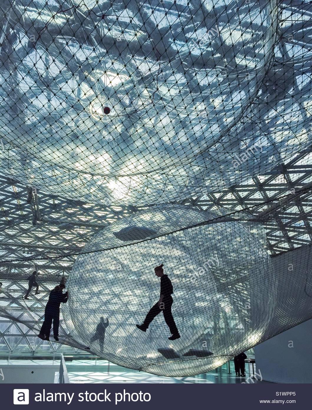 """""""Em órbita"""" instalação artística por Tomas Saraceno Imagens de Stock"""