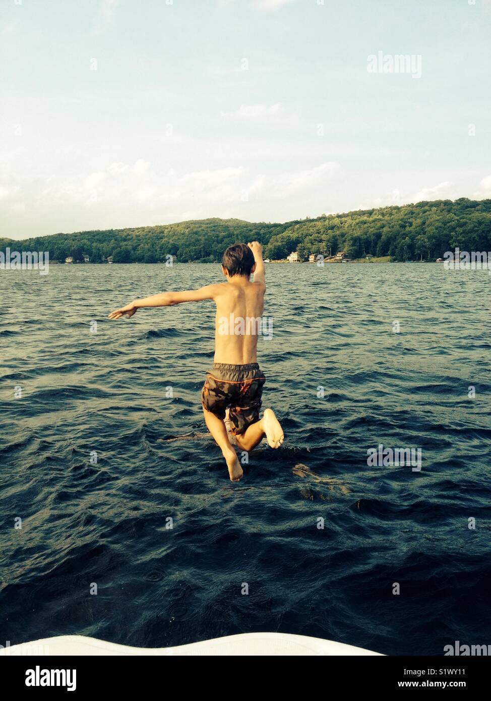 Saltar para o lago Imagens de Stock