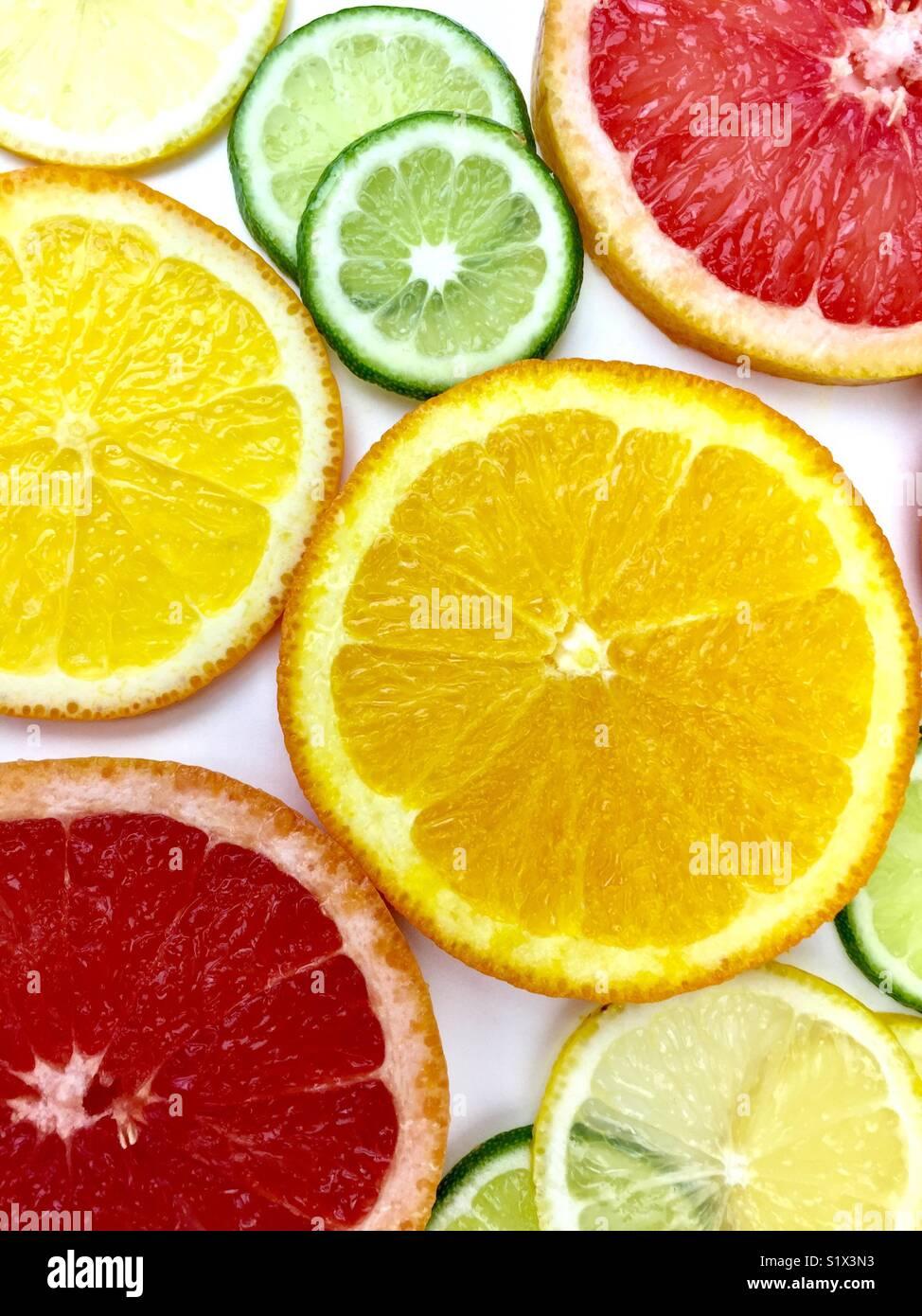 Fatias de frutas cítricas em um fundo branco Imagens de Stock
