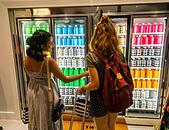 customers-in-the-dirty-lemon-store-in-hu