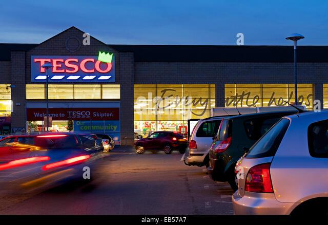 tesco-store-at-dusk-skipton-north-yorksh