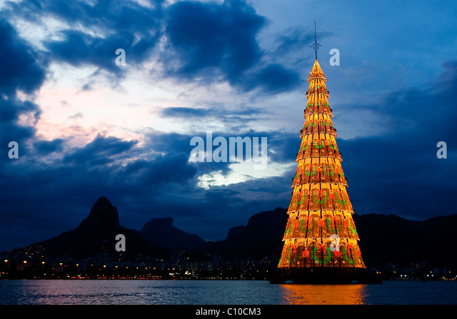 christmas-tree-at-lagoa-rodrigo-de-freit