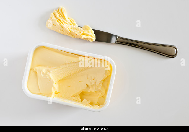 portion-of-margarine-on-a-knife-bmbyk2.j