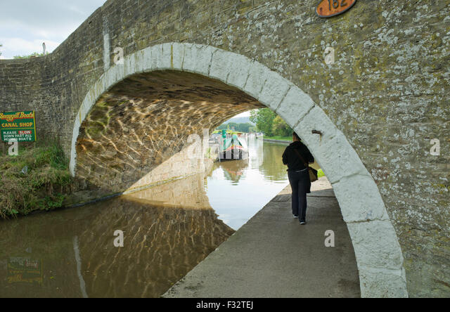 bridge-182-leeds-liverpool-canal-bradley
