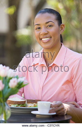 African American woman eating lunch - Stock Image