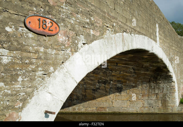 painted-arch-of-a-canal-bridge-f32ten.jp