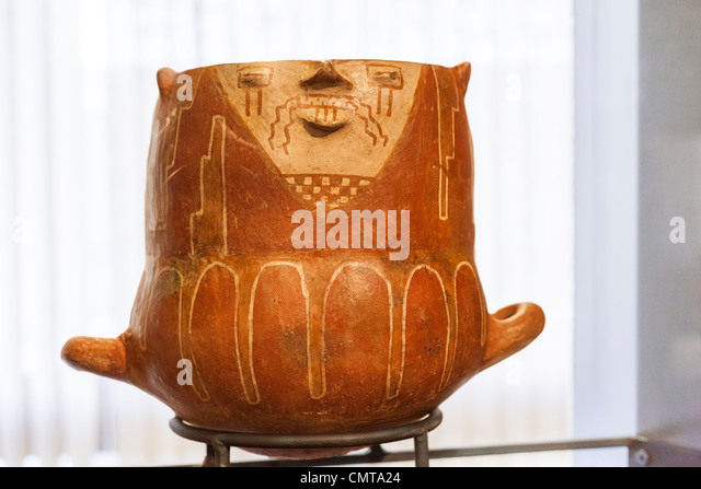 Cat shaped funerary urn in the Chilean Museum for Pre-Columbian Art, Museo Chileno de Arte Precolombino in Santiago, Chile. - Stock Image