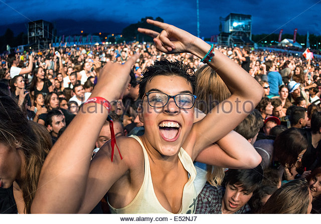 teenagers-cheering-at-musilac-summer-fes