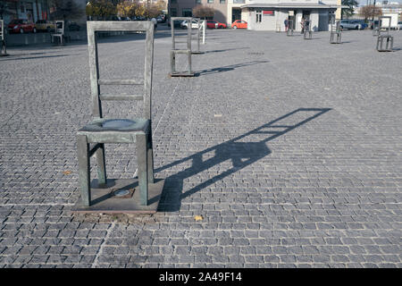 Empty chair and its shadow in Ghetto heroes Square memorial in Krakow Poland - Stock Image