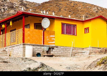 House built for seasonal/temporary use, with satellite dish; Benito del Oeste island, Islas San Benitos, Baja California Norte - Stock Image