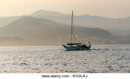 A yacht sailing the bay near perto vallarta,Mexico - Stock Image