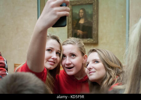 Tout le monde se fait photographier devant la Joconde au Louvre Paris en 2014, 2013. Everybody is making a selfie - Stock Image