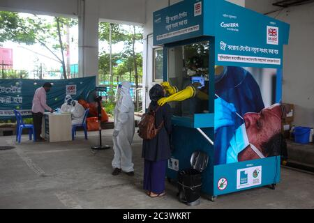 Dhaka, Dhaka, Bangladesh. 22nd June, 2020. A woman with novel coronavirus (COVID-19) symptoms is giving sample in a sample collection booth to test in Dhaka. Credit: Md. Rakibul Hasan/ZUMA Wire/Alamy Live News - Stock Image