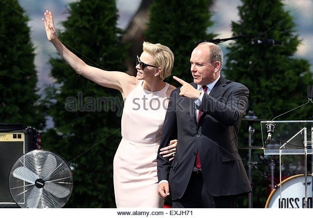 epa04842693 Prince Albert II of Monaco (R) and his wife, Princess Charlene of Monaco look at their twin babies on - Stock Image