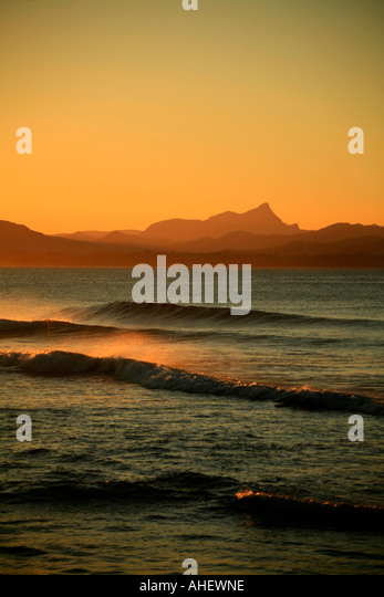 The afternoon break at sunset at Wategos beach Byron Bay Australia with  Mount Warning in the background. - Stock Image