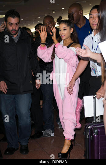 Tokyo, Japan. 13th August, 2015. American singer and actress Ariana Grande greets fans upon her arrival at Tokyo - Stock Image