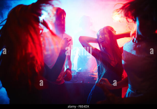 young-people-dancing-in-nightclub-f8e4dx