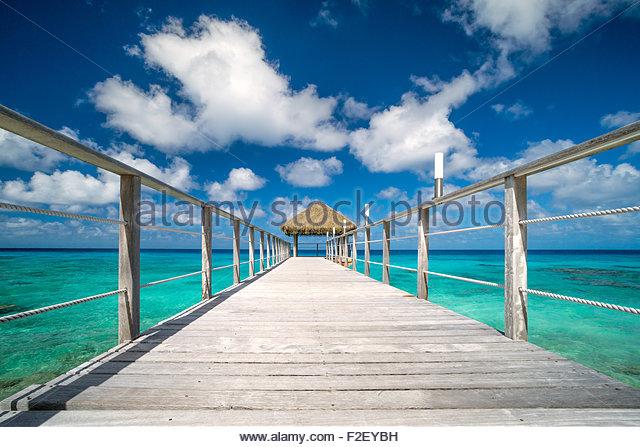 rangiroa-maitai-hotel-pontoon-over-the-l