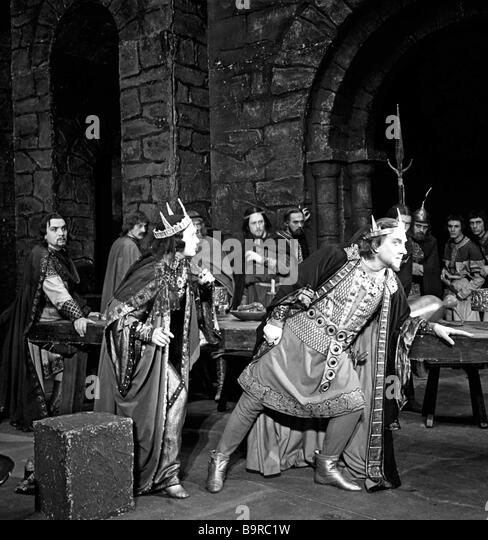 evaluating the strengths and weaknesses of macbeth in shakespeares play macbeth Such religious theology inspired and challenged many themes in shakespeare s play of macbeth, ambition, desire, guilt and deception the incurable evil of ambition.