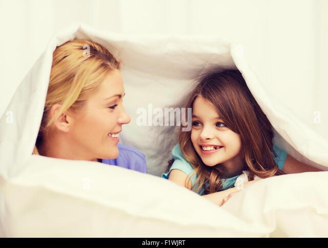 фото сын залез под одеяло маме