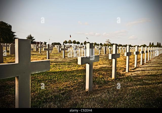 Unmarked cross headstones in graveyard - Stock Image