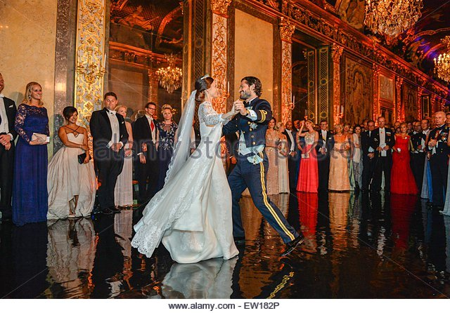 epa04798286 Princess Sofia (C-L) and Prince Carl Philip (C-R) of Sweden during their first dance at their wedding - Stock Image