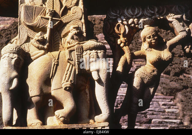 a comparison of the detail of the yakshi on the gateway of the great stupa at sanchi to the sculptur