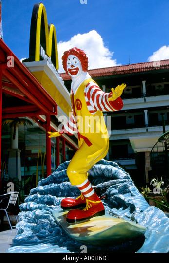 large-statue-of-ronald-mcdonald-on-a-sur