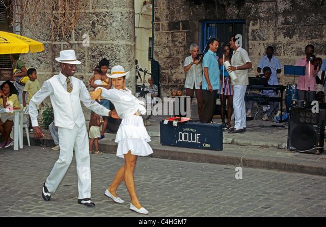 Tanzendes kubanisches Paar, Plaza de la Catedral Havana, Kuba, Karibi, Dancing cuban couple Habana Cuba - Stock Image