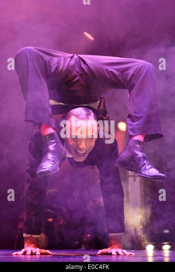 the-acrobatics-show-limbo-returns-to-lon