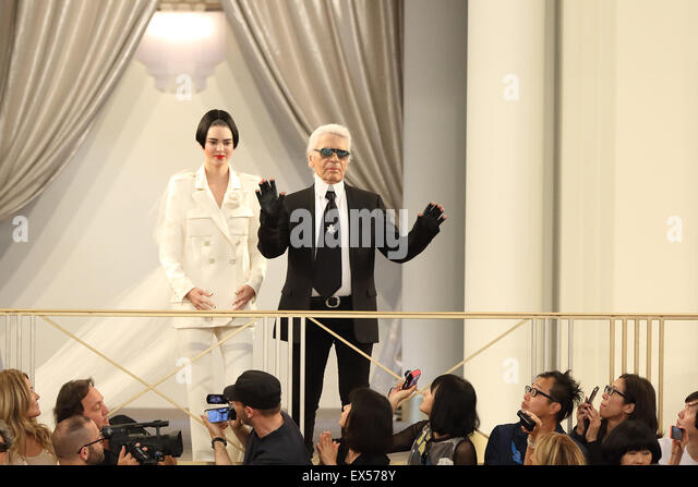 Paris, France. 07th July, 2015. German designer Karl Lagerfeld acknowledges the applause with US model Kendall Jenner - Stock Image