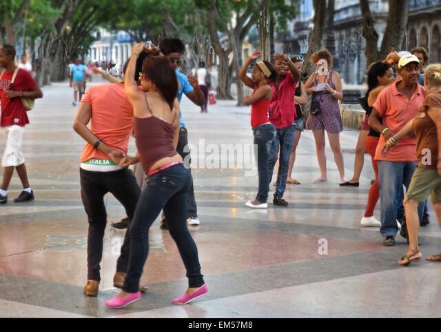 Cubans dancing salsa in the streets of Havana - Stock Image