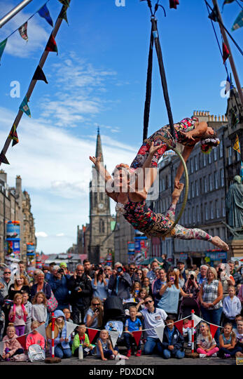 Edinburgh, Scotland UK, 10 August 2018, Edinburgh Fringe Festival on the Royal Mile, aerial trapeze artists contortionists entertain the audiences in the sunshine. Credit: Arch White/Alamy Live News - Stock Image