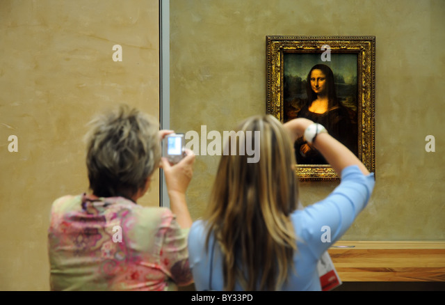 tourists-and-the-mona-lisa-in-the-louvre