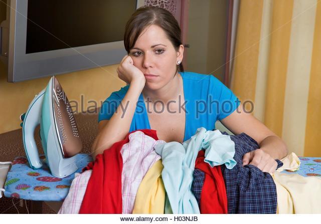 фото девушка гладит утюгом тем