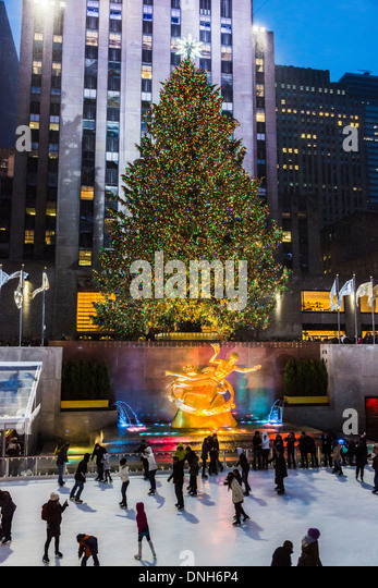 rockefeller-plaza-new-york-with-skaters-