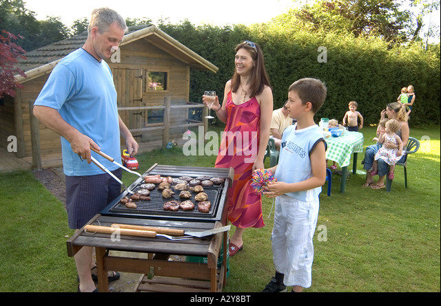 family-summer-barbecue-in-garden-uk-a2y8