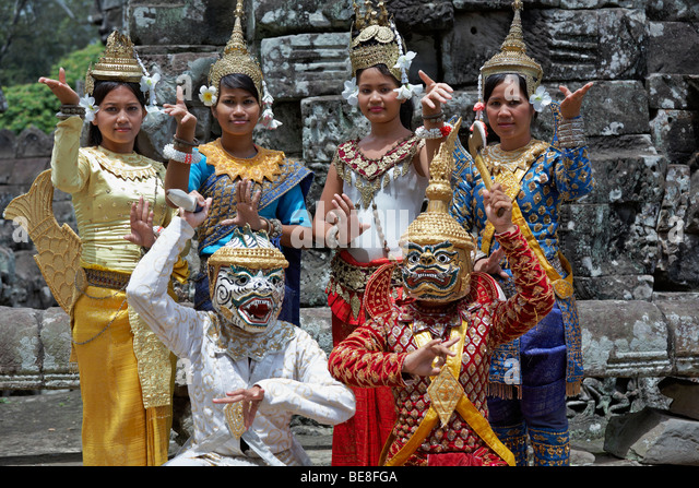 angkor-wat-dancers-pose-for-photographs-