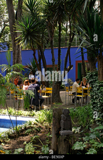 outdoor-cafe-at-the-museo-frida-kahlo-al