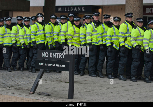 long-line-police-officers-protecting-con