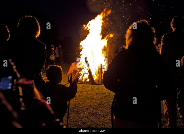 04/06/2012. London, UK. A diamond jubilee beacon is lit at Old Redding, Harrow Weald by the Pinner and Headstone - Stock Image