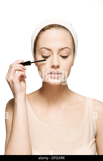 woman-applying-mascara-DFGXRK.jpg
